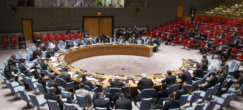 Vue de haut du Conseil de sécurité de l'ONU lors de la réunion sur la Guinée-Bissau. Photo : ONU/Loey Felipe