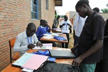 Des travailleurs électoraux effectuent l'inscription des électeurs pour les prochaines élections au Burundi en 2015. Photo : DVDB