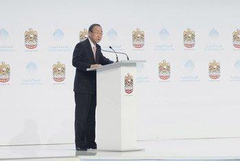 Le Secrétaire général des Nations Unies, Ban Ki-moon, s'exprime devant les participants du Sommet sur la gouvernance à Dubaï, aux Emirats Arabes Unis. Photo : ONU/Mark Garten