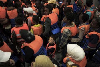 在这批在地中海上获救的人当中有一名年幼的男孩。难民署图片/A. D'Amato