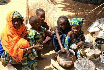 Une famille à Diffa, au Niger, ayant fui la violence au Nigéria. Photo OCHA/Franck Kuwonu