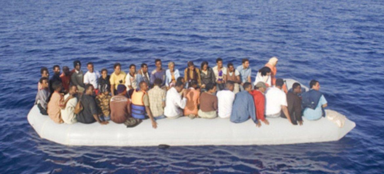 难民和移民冒险偷渡地中海抵达意大利兰佩杜萨。