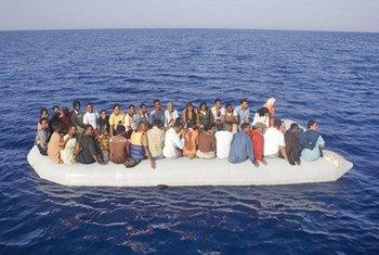 难民和移民冒险偷渡地中海抵达意大利兰佩杜萨。(资料)