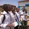 Muelimishaji rika Arafah akizungumza na kundi la wanafunzi wa shule huku akisambaza vifaa vya kuelimisha kuhusu VVU na Ukimw huko Khartoum, Sudan