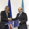 FAO Director-General José Graziano da Silva (right) and Prime Minister José Maria Pereira Neves at the signing in Rome of an agreement for $500,000 for urgent assistance to drought-stricken Cape Verde.