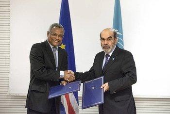 Le Directeur général de la FAO, José Graziano da Silva (à droite) et le Premier ministre de Cabo Verde à Rome. Photo : FAO/Giuseppe Carotenuto