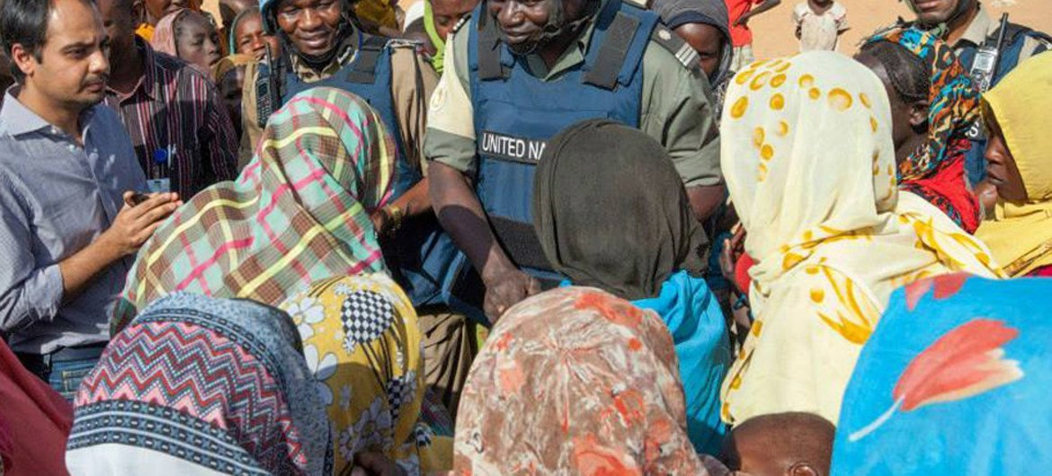 Newly-displaced women discuss their concerns with UNAMID personnel at the Zam Zam IDP camp, near El Fasher, North Darfur, after fleeing fighting between Government forces and armed groups in the area of east Jebel Marra.