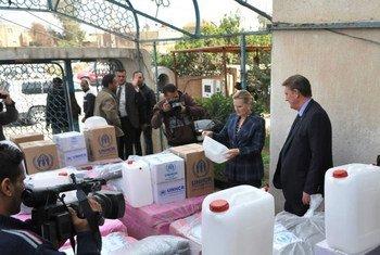 La Représentante spéciale adjointe, Lise Grande (deuxième à droite), et le Représentant du Haut-Commissariat des Nations Unies pour les réfugiés (HCR) en Iraq, Neill Wright, rendrent visite à des familles iraquiennes récemment déplacées en provenance de la région d'al-Baghdadi, dans la province d'Anbar. Photo : UNAMI