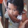 طفلة أثناء تحصينها ضد مرض الحصبة.