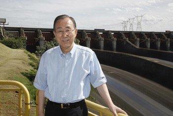 Ban Ki-moon en la presa de Itaipú durante una visita a Paraguay. Foto de archivo: ONU/Evan Schneider