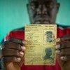 Un homme répondant au nom de Oumar, qui risquait de devenir apatride, brandit la carte d'identité de son père, datant de l'époque coloniale française.