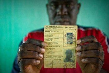 Un homme identifié comme Oumar et qui risquait l'apatridie, détient la carte d'identité de son père datant de l'époque coloniale française. (archive 2015)