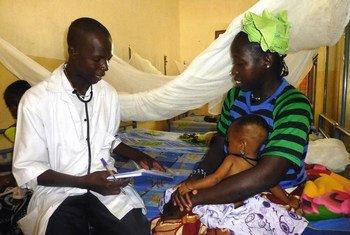 Dans un établissement de santé à Ségou, au centre du Mali, une mère et son enfant sont examinés pour des signes de malnutrition. Photo : OCHA/D. Dembele