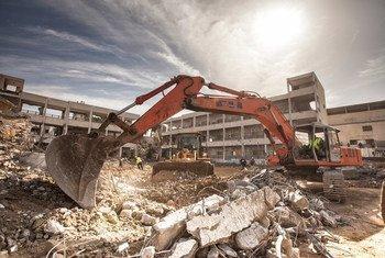 Des ruines sont dégagées à Shujaijah, à Gaza, grâce à un projet du PNUD financé par la Suède. Photo PNUD