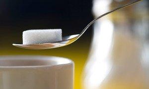 Un morceau de sucre. Photo OMS/C. Black