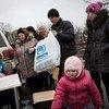 Una familia vuelve a su casa en el este de Ucrania tras recibir ayuda del ACNUR. Foto: ACNUR/A.McConnell