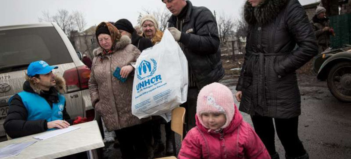 A family of Ukrainians return to their home area in eastern Ukraine, after receiving aid from UNHCR.