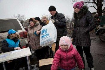 Des Ukrainiens retournent chez eux dans l'est de l'Ukraine après avoir reçu de l'aide du HCR. Photo HCR/A. McConnell