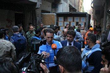 El Comisionado General de la UNRWA (centro) habla con los medios de comunicación durante su visita al campamento de Yarmouk, en Damasco.