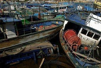 Miles de personas tratan de cruzar el Mediterráneo en embarcaciones peligrosas como estas en Libia.