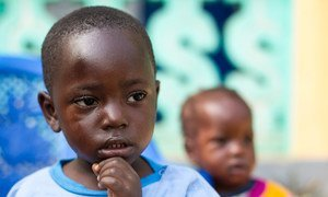 Un enfant qui a perdu des membres de sa famille à cause du virus Ebola joue dans un centre à Nzérékoré, en Guinée. Photo ONU/Martine Perret