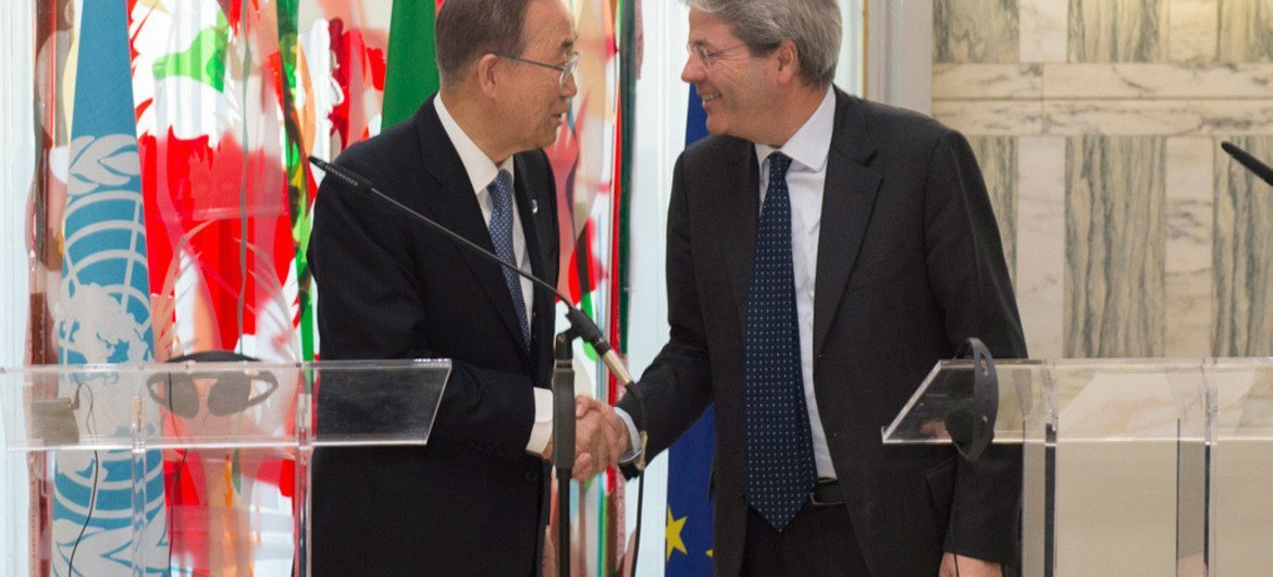 Secretary-General Ban Ki-moon (left) at a joint press conference with Foreign Minister Paolo Gentiloni of Italy in Rome.