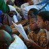 Des enfants lisent de la poésie lors d'un festival à Tombouctou, au Mali (archives). Photo ONU/Marco Dormino