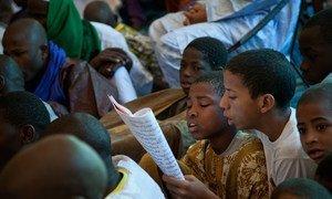 Des enfants lisent de la poésie lors d'un festival à Tombouctou, au Mali (archives).