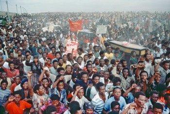 تظاهرة ضد التمييز العنصري في جنوب أفريقيا خلال جنازة لضحايا قتلوا من قبل الشرطة في ثمانينات القرن الماضي. صور الأمم المتحدة.