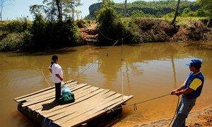 Promotores de salud llevan medicinas a un paciente de tuberculosis en Paraguay