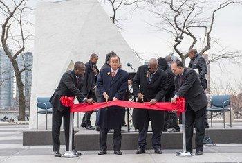 Le Secrétaire général Ban Ki-moon (centre gauche) et le Président de l'Assemblée générale, Sam Kutesa (centre droit) coupent le ruban à la cérémonie dévoilant le monument commémorant les victimes de l'esclavage et de la traite. Photo ONU/Eskinder Debebe