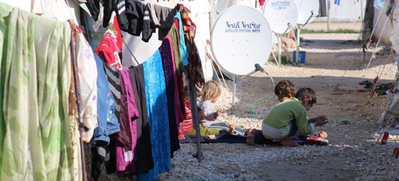 Des enfants syriens jouent dans une allée entre des tentes dans le camp d'Akcakale, en Turquie. Photo PAM/Berna Cetin