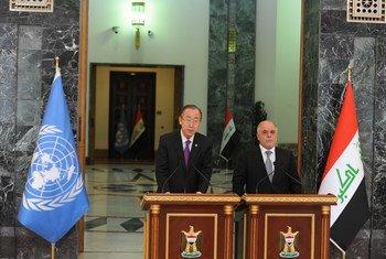 Le Secrétaire général Ban Ki-moon (à gauche) lors d'une conférence de presse à Bagdad avec le Premier ministre iraquien Haider Al-Abadi. Photo ONU Iraq