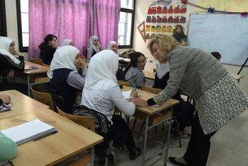 La enviada especial de la ONU para Líbano, Sigrid Kaag (der.), visitó por primera vez el campamento de refugiados palestinos Ein El-Hilweh, en el sur del país. Foto: ONU