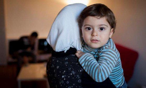 Una madre y su hija huyen hacia Turquía para escapar la violencia en Idlib.