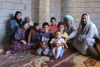Une famille d'Iraquiens à Tikrit a trouvé refuge à l'intérieur d'un bâtiment inachevé, qui leur sert temporairement de maison. Photo : UNHCR / C. Robinson