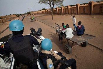 Des officiers sénégalais de la Police des Nations Unies patrouillent les rues de Gao au Mali.