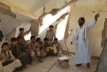 Des enfants suivent des cours au Yémen, où plus de 600 écoles ont été endommagées en raison du conflit. Photo UNICEF