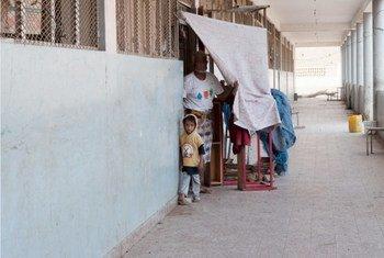 Une famille a trouvé un refuge provisoire dans une école, dans le gouvernorat d'Aden, en avril 2015. Photo OCHA/Eman