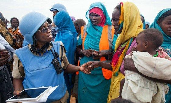Oficial da Unamid fala com residente de assentamento Zam Zam, perto de Darfur Norte