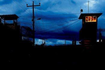 洪都拉斯一所监狱的外景。联合国/Evan Schneider