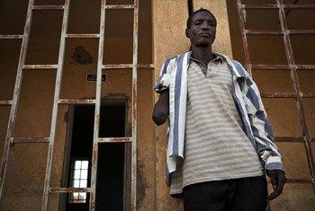 Au Mali, un homme se tient à l'endroit où des djihadistes ont amputé son bras à l'intérieur de la prison principale de Gao. Accusé d'avoir volé un vélo, il a été détenu pendant 21 jours avant d'être amputé de son bras pour un vol qu'il n'a pas commis.