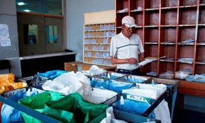 Funcionário dos correios separa cartas.