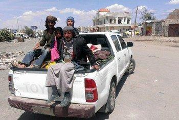 Une famille yéménite fuyant la capitale du pays en possession de quelques biens. Photo : Almigdad Mojalli / IRIN