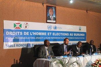 人权高专扎伊德在布隆迪参加一个圆桌会议。图片来源:联合国布隆迪选举观察团