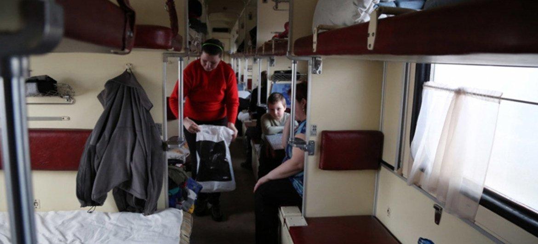 Жители востока Украины, бежавшие от конфликта, нашли приют в железнодорожном вагоне. Фото ВПП/Абир Этефа