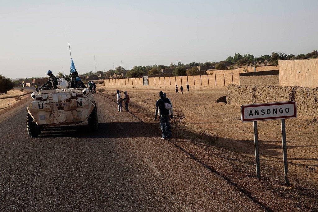 Des Casques bleus de la Mission multidimensionnelle intégrée des Nations Unies pour la stabilisation au Mali (MINUSMA) à Ansongo, dans le nord du pays. (Archive)