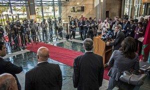 Le Représentant spécial du Secrétaire général des Nations Unies en Libye, Bernardino León (sur le podium), tient une conférence de presse à l'ouverture d'une séance du dialogue inter-libyen au Maroc en avril 2015. Photo : MANUL