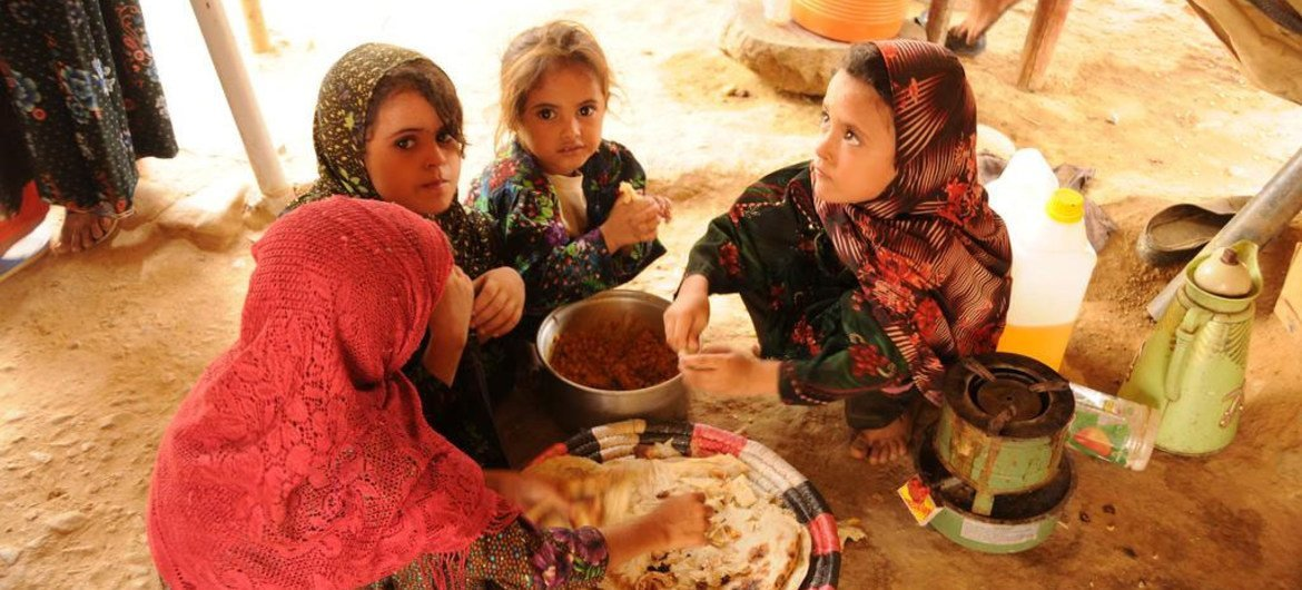 Amid fighting, WFP is distributing food to save the lives of 105,000 displaced people in Aden, Yemen.