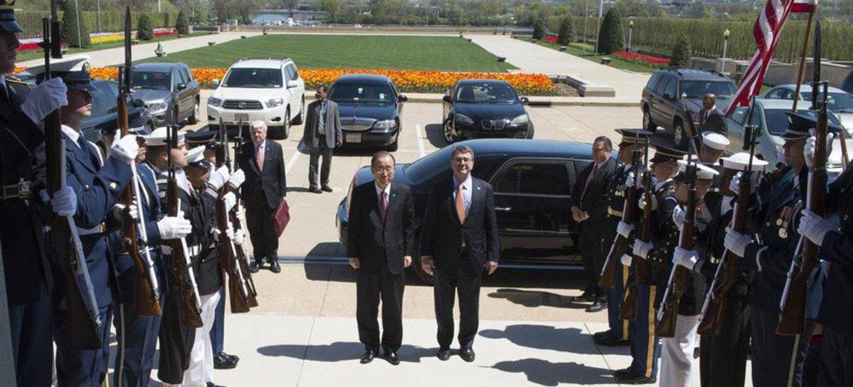 On a visit to Washington, D.C., Secretary-General Ban Ki-moon (left) is greeted by US Defense Secretary, Ashton Carter, at the Pentagon.